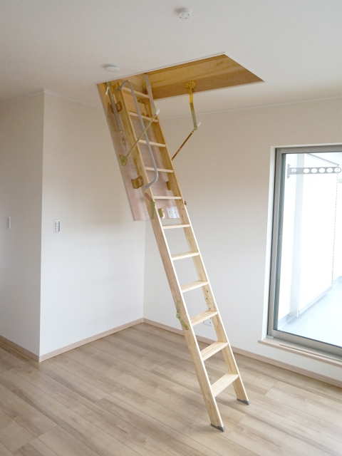 昇降式の梯子でロフトへ